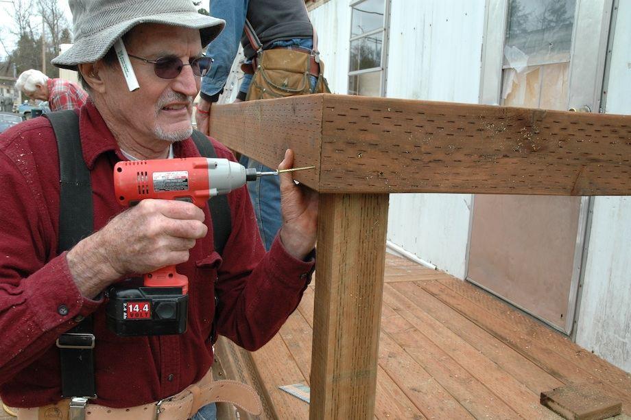Ларри учит строить дома
