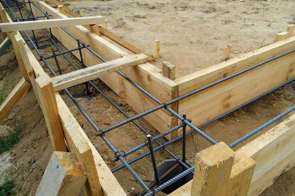 Для ленточного фундамента нужна опалубка, арматура и бетон