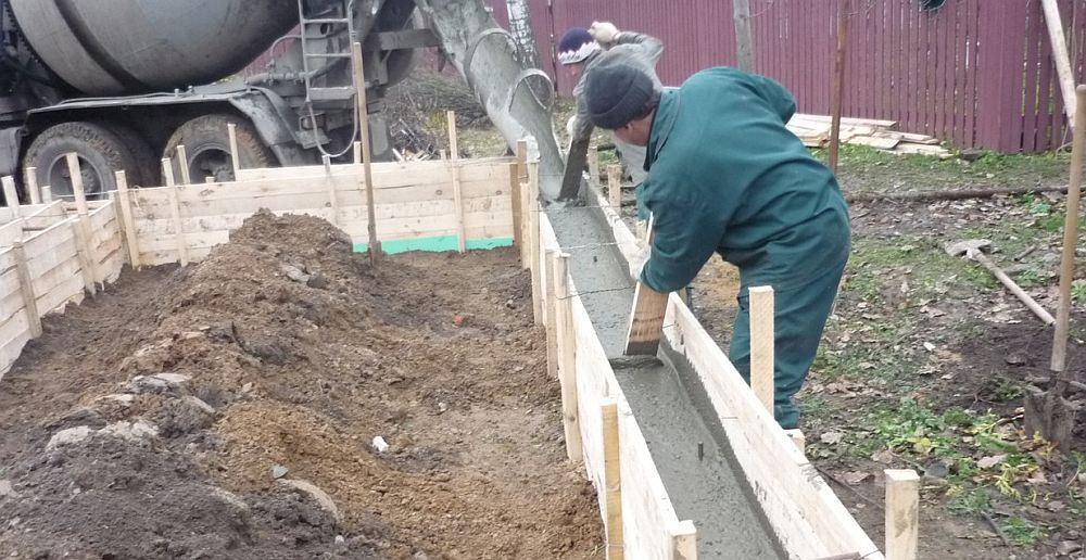 Заполнение опалубки бетоном