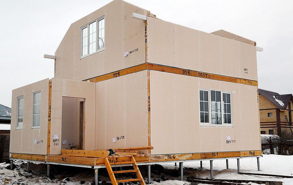 Сборка каркасно-панельного дома на участке