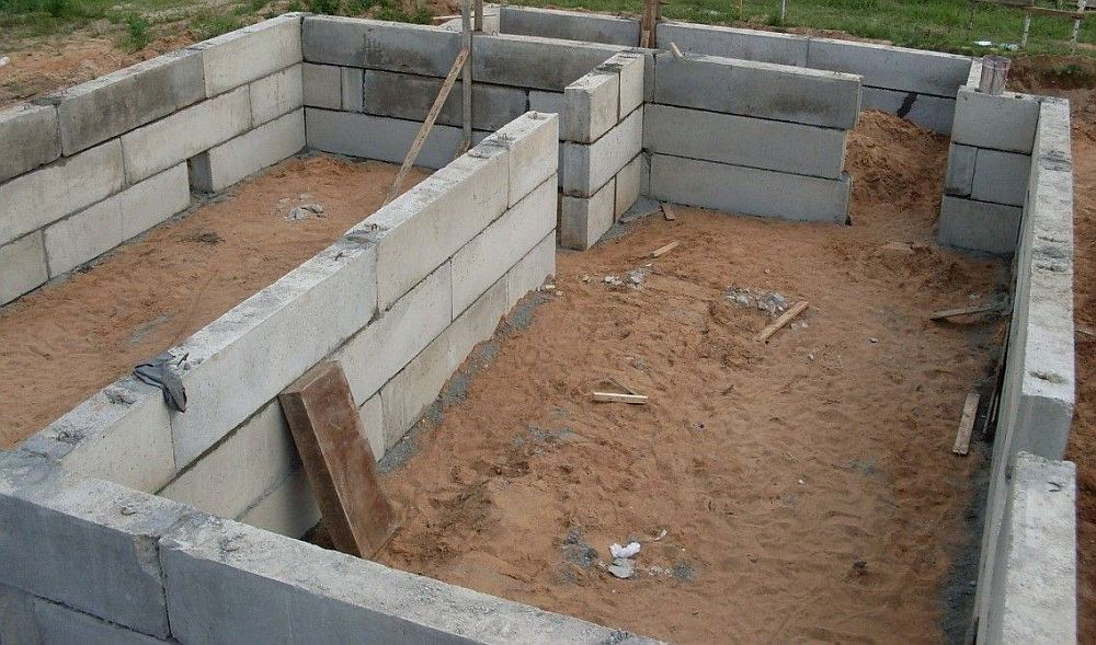 Стены цоколя из блоков