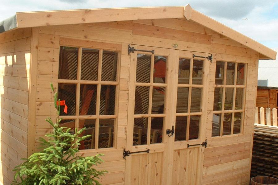 Деревянный сарай с окнами